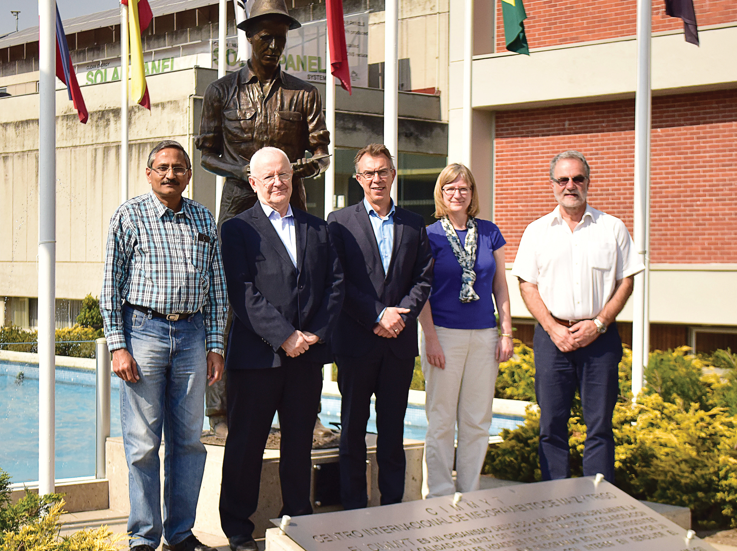 From L-R: Ravi Singh, CIMMYT Distinguished Scientist and Wheat Breeder, Roger Freedman, 2Blades Chairman, Martin Kropff, CIMMYT Director General, Lynne Reuber, 2Blades Program Director and Hans Braun, Director of CIMMYT's Global Wheat Program. Photo: Alfonso Cortés Arredondo/CIMMYT